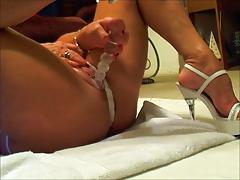 MATURE SQUIRTING WITH DILDO