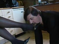 maitresse se fait lecher les pieds par son esclaves