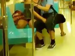 manoseandose en el metro